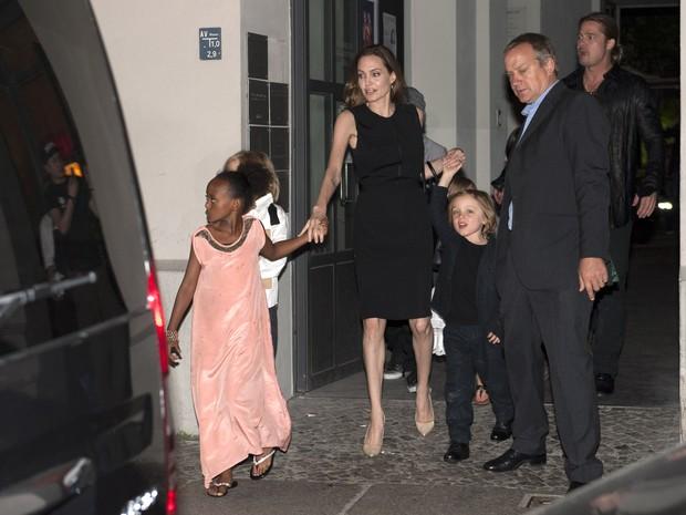 Angelina Jolie e Brad Pitt com os filhos Shiloh, Zahara, Knox Leon em restaurante em Berlim, na Alemanha (Foto: Splash News/ Agência)