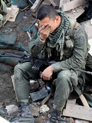 Militar entre os escombros de prédio que ruiu após carro bomba explodir. (Foto: Juan Bautista Díaz / AP Photo)