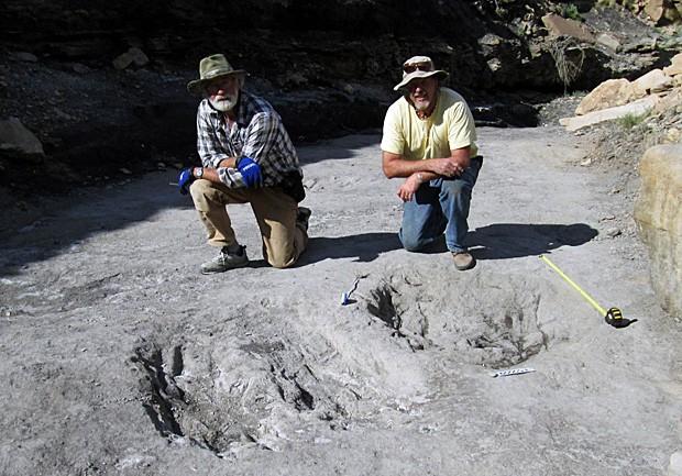 Os paleontólogos Ken Cart e Martin Lockley, ao lado de pegadas que revelaram a dança do acasalamento de dinossauros, no Colorado (Foto: M. Lockley)