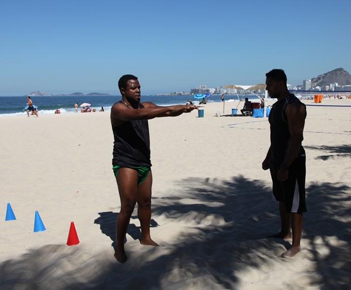 Érico Brás faz exercícios em praia carioca (Foto: Arquivo Pessoal)