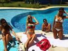 Fiorella Mattheis exibe barriga seca em dia de piscina com amigas