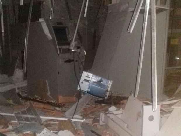 Agência bancária ficou totalmente destruída  (Foto: Divulgação / Polícia Militar)
