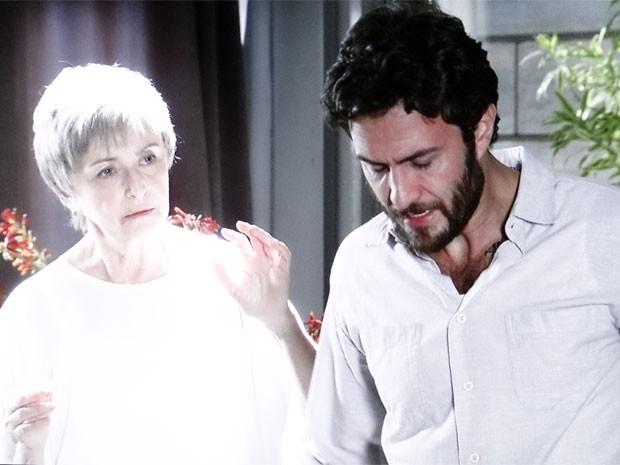 Verbena aparece ao lado do filho (Foto: Amor Eterno Amor/ TV Globo)