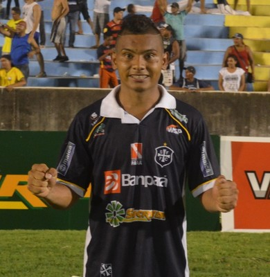 Meia Samuel marcou os dois gols que garantiram a vitória do São Francisco no clássico Rai-Fran (Foto: Dominique Cavaleiro/ GloboEsporte.com)