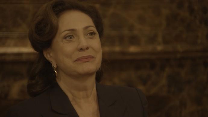 Anastácia fica emocionada ao descobrir o nome do pintor (Foto: TV Globo)
