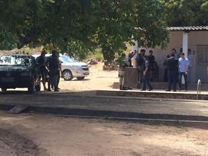 Polícia tenta encontrar indícios que possam levar a suspeito de chacina em Guaxuma (Foto: Michelle Farias/G1)