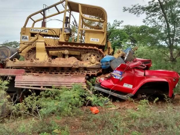Trator caiu em cima da cabine do outro veículo e matou duas pessoas (Foto: Divulgação/PRF)