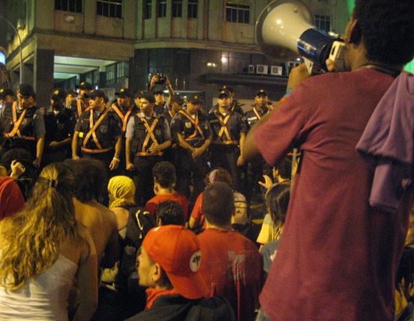 Manisfestantes na Rua do Passeio (Foto: Aline Pollilo/G1)