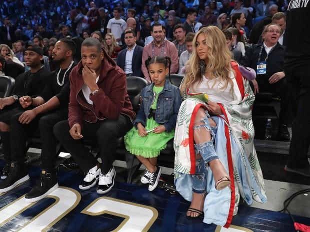 Beyoncé e Jay-Z com a pequena Blue Ivy em jogo de basquete em Nova Orleans, nos Estados Unidos (Foto: Ronald Martinez/ Getty Images/ AFP)