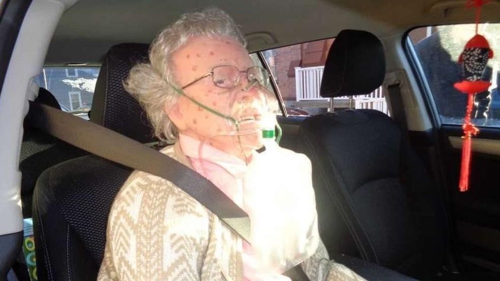 O manequim usava roupas, sapatos e óculos reais, tinha dentes e manchas no rosto, representando uma senhora (Foto: Departamento de Polícia de Hudson)