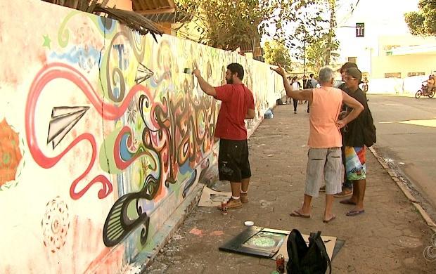 Mutirão formado por 10 artistas e grafiteiros fizeram vários desenhos no muro da escola Heloísa Mourão Marques (Foto: Acre TV)