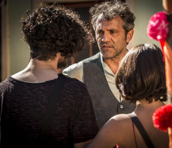 Santo fica surpreso com a chegada de Miguel (Foto: Inácio Moraes/ Gshow)