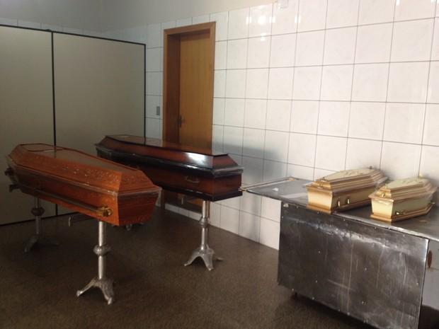 Caixões das crianças e pais permanecem na funerária de Cacoal (Foto: Magda Oliveira/ G1)