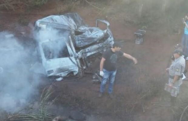 Batida frontal entre carro e carreta mata 6 pessoas na GO-164, em Quirinópolis, Goiás 2 (Foto: Divulgação/PRE)