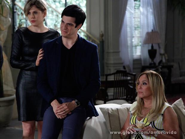 Pilar fica chocada com o que Félix lhe conta (Foto: Amor à Vida/ TV Globo)