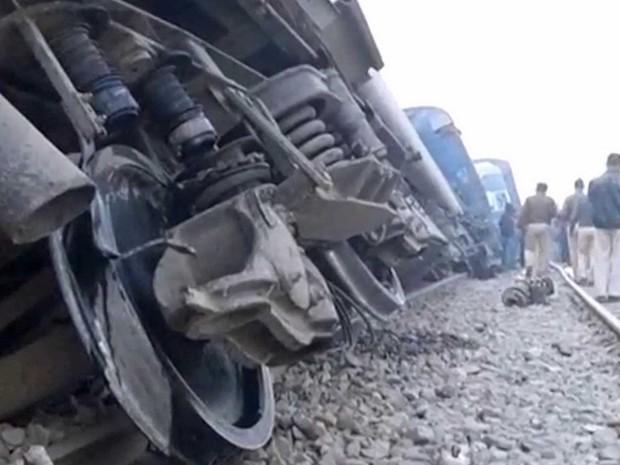 Trem descarrilado no norte da Índia (Foto: ANI / via Reuters)