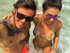 Jaque Khury deixa o filho em casa e curte praia com o marido no Rio