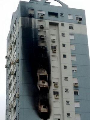 Chamas se alastraram por fachada de prédio (Foto: Polícia Civil/Divulgação)