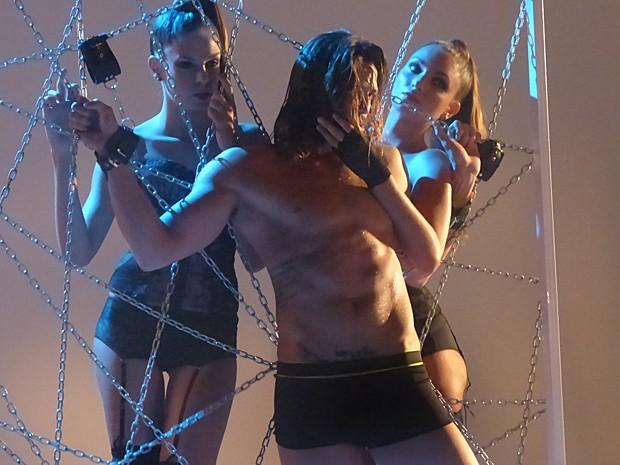 Robertão faz poses ousadas ao lado de modelos (Foto: Cláudia Castilho/ Gshow)