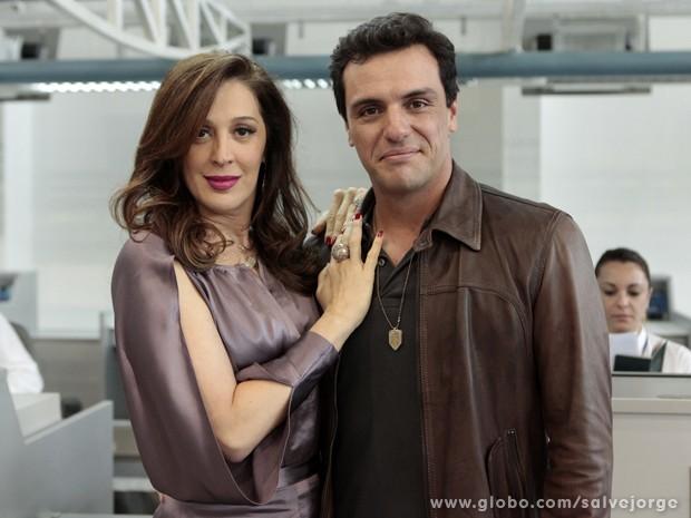 Claudia e Lombardi fazem pose durante a gravação (Foto: Salve Jorge/TV Globo)