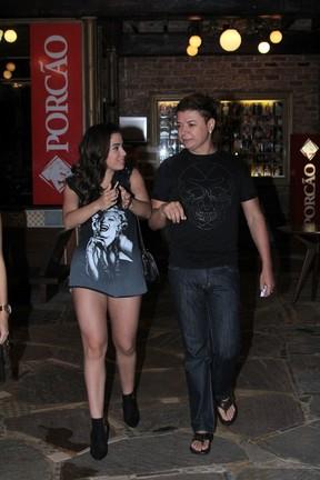 Anitta e David Brazil em churrascaria na Zona Oeste do Rio (Foto: Rodrigo Mesquita/ Divulgação)