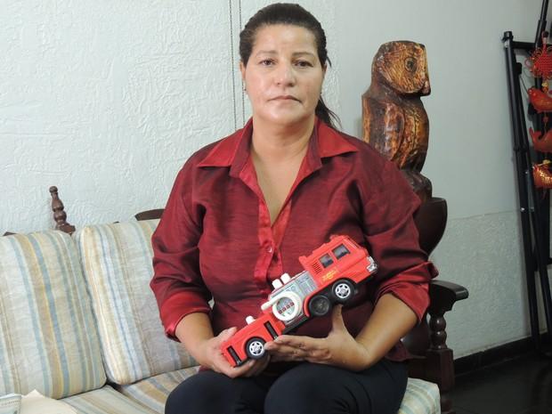 Mãe guarda o carrinho de brinquedo de Kenned (Foto: Pedro Carlos Leite/ G1)