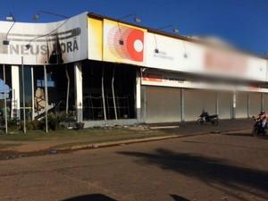 Loja de pneus amanheceu queimada, na fronteira com o Paraguai (Foto: Martim Andrada/ TV Morena)