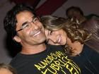 Luciano Szafir ganha o carinho da filha Sasha após estreia de teatro