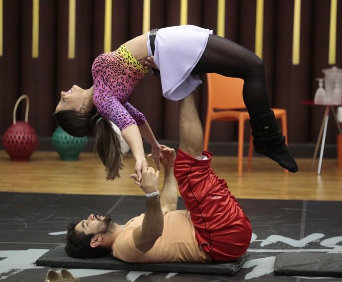 Viviane Araújo faz acroyoga e mostra pernas torneadas em ensaio do Dança dos Famosos (Foto: Felipe Monteiro/Gshow)