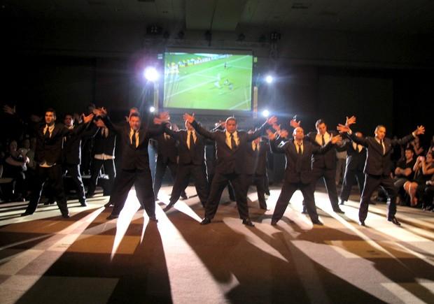 Grupo Dança de Rua Brasil se apresentou no final da cerimônia de abertura do Curta Santos (Foto: Jonatas Oliveira/G1)