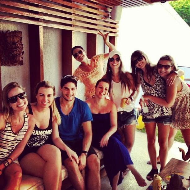 Juliana Knust com os ex-BBBs Fernanda e André e amigos (Foto: Instagram/ Reprodução)