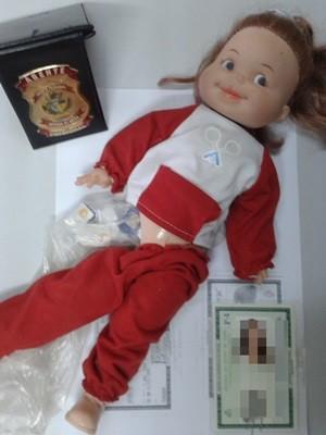 Boneca apreendida escondia 140 chips de celulares, em Goiás (Foto: Divulgação/Serap)