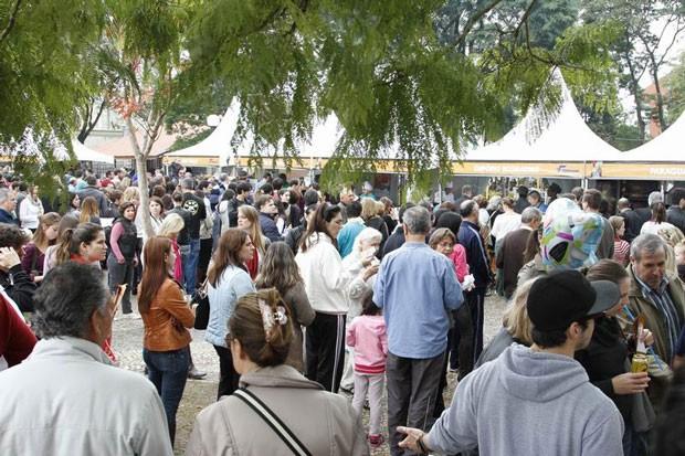 Mesmo com frio e tempo nublado, feira atraiu milhares de pessoas (Foto: Euricles Macedo/RPC TV)