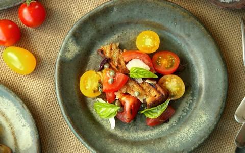 Salada italiana de tomates com pão grelhado