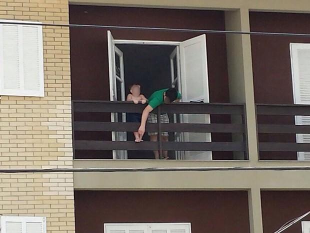 Em foto feita no sábado, menino aparece em sacada de hotel com irmão (Foto: Wilson Grebien/Arquivo pessoal)