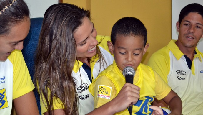 Cauã, 4 anos, ficou agarrado em Lili, jogadora de vôlei de praia, em Natal (Foto: Jocaff Souza)