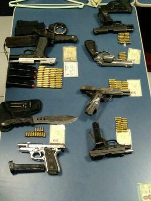 PRF apreendeu arsenal com os suspeitos (Foto: PRF/Divulgação)