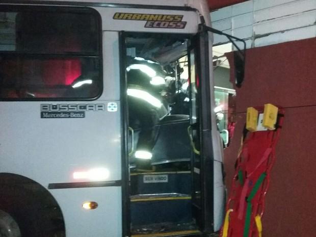 Acidente foi na noite desta quarta-feira (28), em Presidente Prudente (Foto: Stephanie Fonseca/G1)