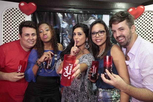 Amanda Djehdian com os fãs que organizaram a festa no Rio de Janeiro (Foto: Isac Luz/EGO)