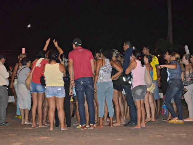 No lado de fora do presídio, familiares procuravam por notícias de feridos e mortos durante rebelião  (Foto: Quésia Melo/G1)