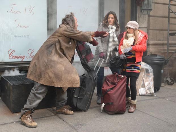 Mari e Danda são ameaçadas por mendigo em NY (Foto: Globo/Zé Paulo Cardeal)