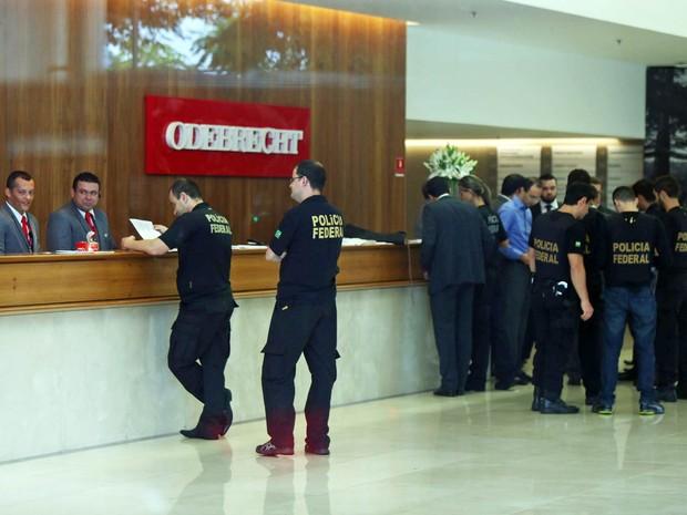Agentes da Polícia Federal fazem buscas na sede da Odebrecht em São Paulo, durante a 23ª fase da Operação Lava Jato, batizada de 'Acarajé' (Foto: Marcos Bezerra/Futura Press/Estadão Conteúdo)