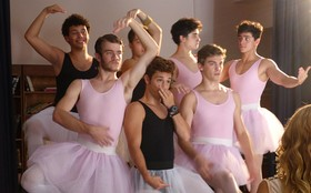 Com direito a tutu! Meninos gravam vestidos de bailarina