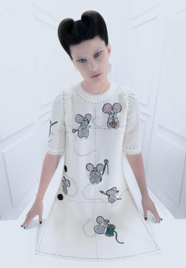Isabeli Fontana veste Dolce&Gabbana na Vogue de dezembro (Foto: Arquivo Vogue)