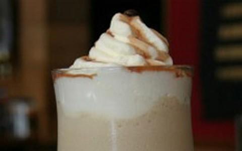 Café gelado com sorvete de creme e licor de chocolate