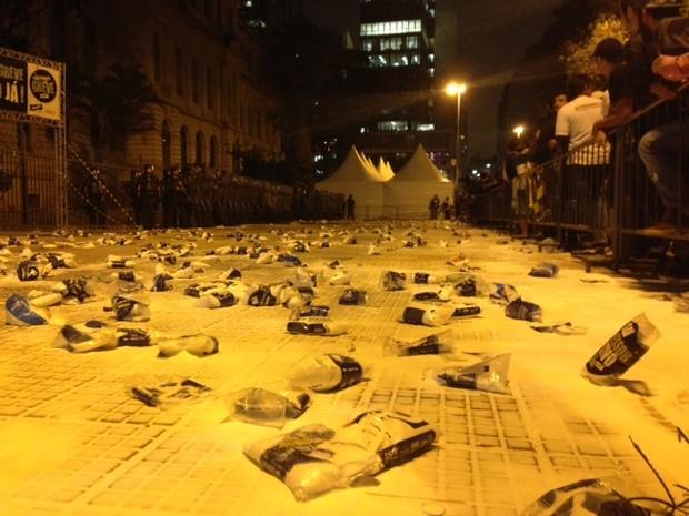 Sal no chão da Praça da República (Foto: Roney Domingos/G1)