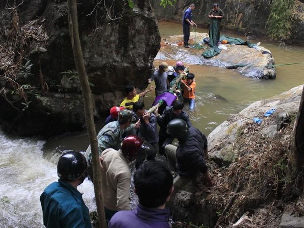 Duas mulheres e homem cruzavam a queda d'água Thác Datanla (Foto: AFP)