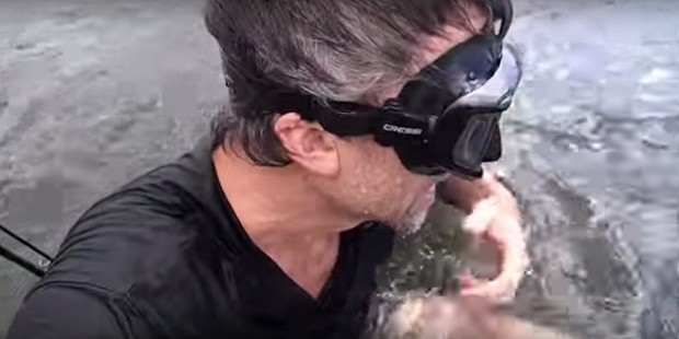 Homem caça objetos perdidos em rio e posta achados no YouTube