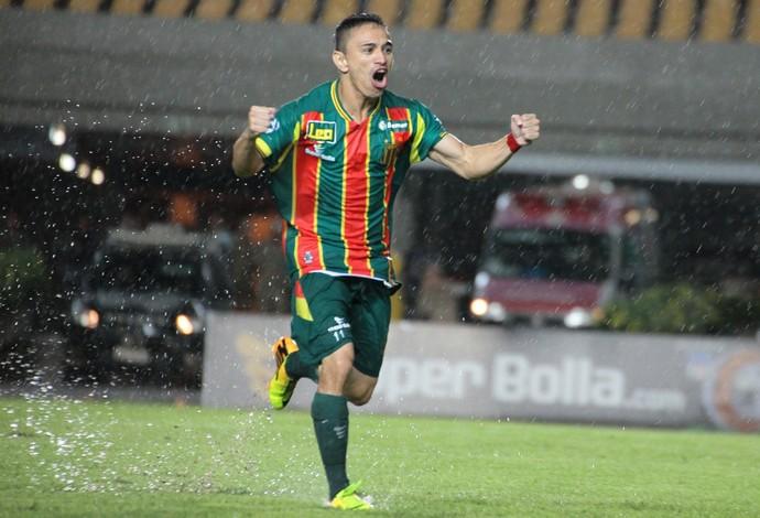 Pimentinha comemora gol no Castelão em jogo do Sampaio debaixo de chuva (Foto: Biné Morais/O Estado)