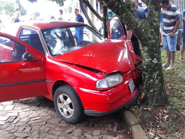 Idoso de 61 anos morreu ao ser baleado e bater o carro contra árvore (Foto: Divulgação/Brigada Militar)